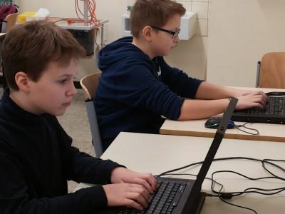 Schüler beim Üben im Computerraum der Außenstelle