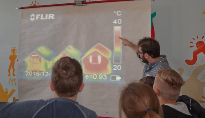 Das Wärmebild zeigt deutliche Unterschiede bei den Energieverlusten der drei Gebäude.